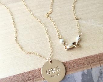 Monogramme or collier, collier trois initiales, flèche collier, collier de l'amitié, bijou, cadeau pour maman, meilleur ami cadeau personnalisé