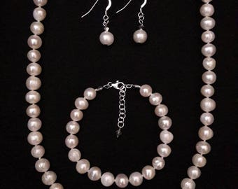 White freshwater pearls necklace, bracelet and earrings (Parure)