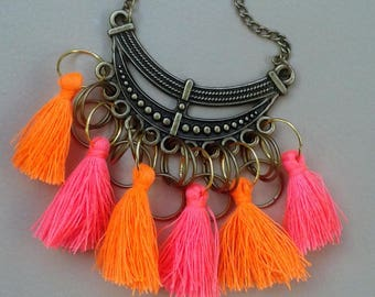 Bib necklace with tassels in cheerful colors and rings