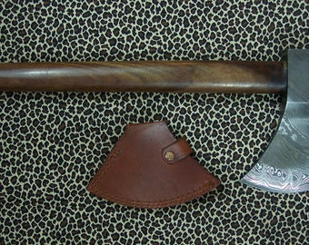 Hammer head tomahawk in random pattern Damascus steel with a rosewood haft and leather blade cover