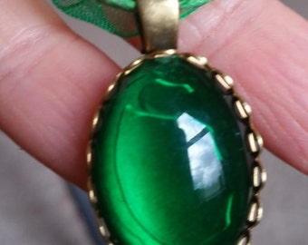 "Queens Royal Emerald Green Stone  Vintage Style cabochon Necklace w/  18"" ribbon"