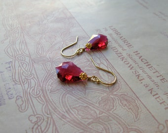 Baroque Nouveau short earrings in ruby/gold