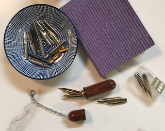 Travelling nib storage made of esteemed rosewood with keychain and carabiner, cool accessory to hang at your calligraphy pen case