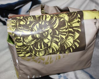 In Brown and green waxed canvas lunch bag big flowers