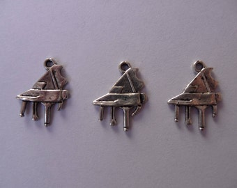 Set of 3 charms grand piano (music)