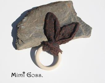 Hochet/doudou oreilles de lapin avec anneau en bois. Inspiration Montessori.