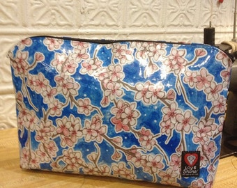 "17"" Zippered  Blue Floral Oil ClothTravel Bag, Oil Cloth File Holder, Envelope/Portfolio Case"