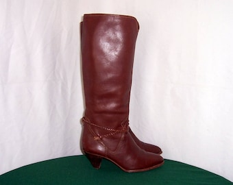 Sz 8m Vintage tall brown leather 1980s women wedge heel walking boots with braided strap.