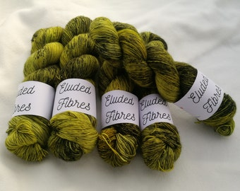 merino wool singles hand dyed yarn 100g / 366m / Eluded Fibres / KRYPTONITE