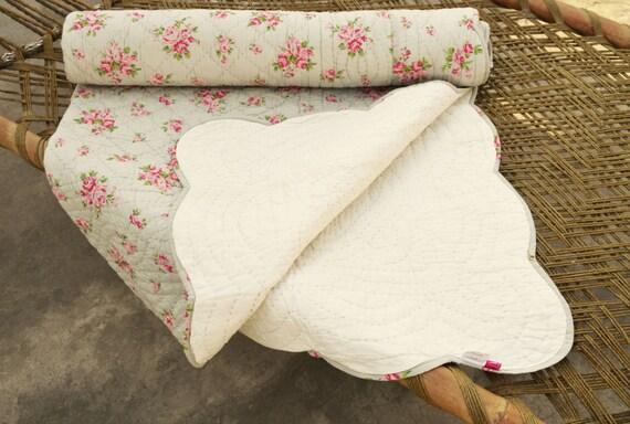 shabby chic couvre lit matelass couleur gris rose en coton. Black Bedroom Furniture Sets. Home Design Ideas