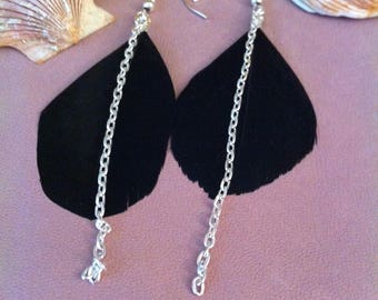 1 pair of dangling earrings with black feathers