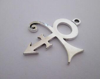1 pendentif tribal prince en métal argenté 44 x 37 mm