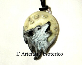 Pendant - Wolf howling at the Moon