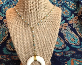 Neutral bead necklace with horn