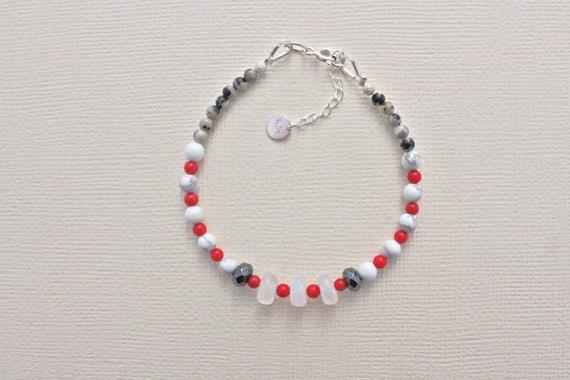 bracelet fin, pierres fines : rainbow moonstone, corail bambou, jaspe dalmatien, howlite, hématite