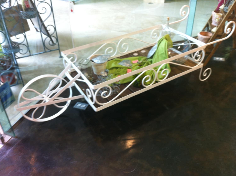Carretilla para jard n y macetas precioso elemento decorativo for Camastros de hierro para jardin
