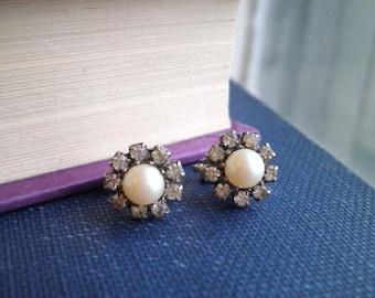 Perle & strass Daisy Clip On Stud boucles d'oreilles - Clip fleur rétro des années 1960 sur boucles d'oreilles - Wildflower marguerites Mid Century bijoux Floral cadeau