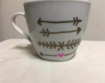 Golden arrows and hearts mug