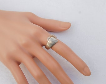 Stunning Vintage Silver  Ring.                                         .......................US Size 7.5.  .................. UK Size P
