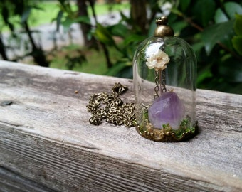 Terrarium necklace with white flower and amethyst crystal