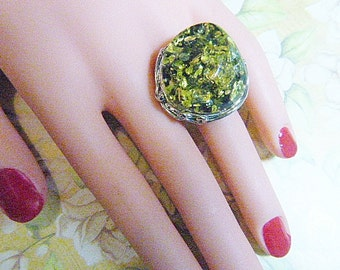 """Vintage Silver and Green """"Confetti"""" Ring -- Size 7 - R-251"""