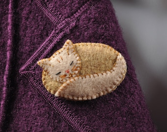 Cat brooch asleep in two shades of beige felt