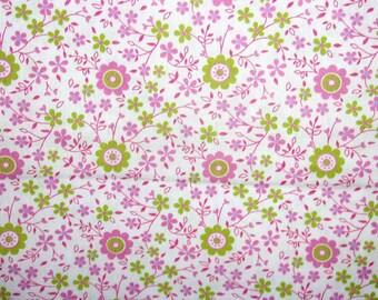 Tissu coton très fin,fleurettes et banchages verts et roses, fond blanc