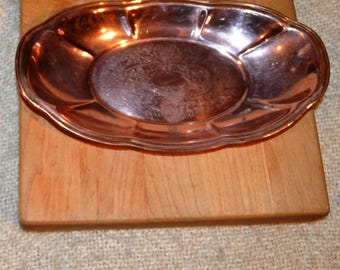 VINTAGE 70s COPPER BREAD Tray..Bread..Fruit..Buns. Made by: Copper Craft Guild U.s.a., Scalloped (fluted) Rim, Etched Center..Ex. Cond.