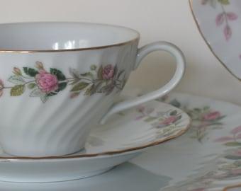 Vintage Rose Chine ensemble. Chalet Chic. Frais de la ferme. Regency Rose. Cinq pièces couverts. Six réglages disponibles