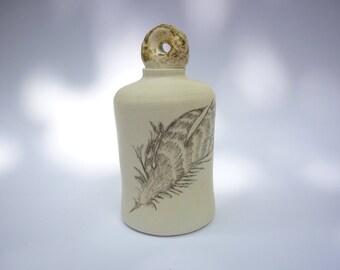 Petit flacon avec bouchon, dessin de plume,poterie artisanale,fait main en France, gres blanc,décoration plume, chic et rustique