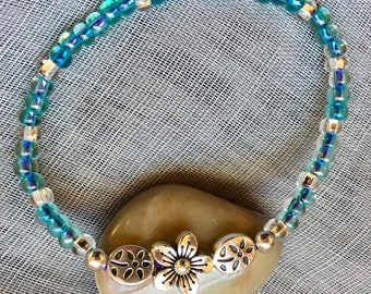 Glass beads with silver plated daisy flower accents stretchy bracelet