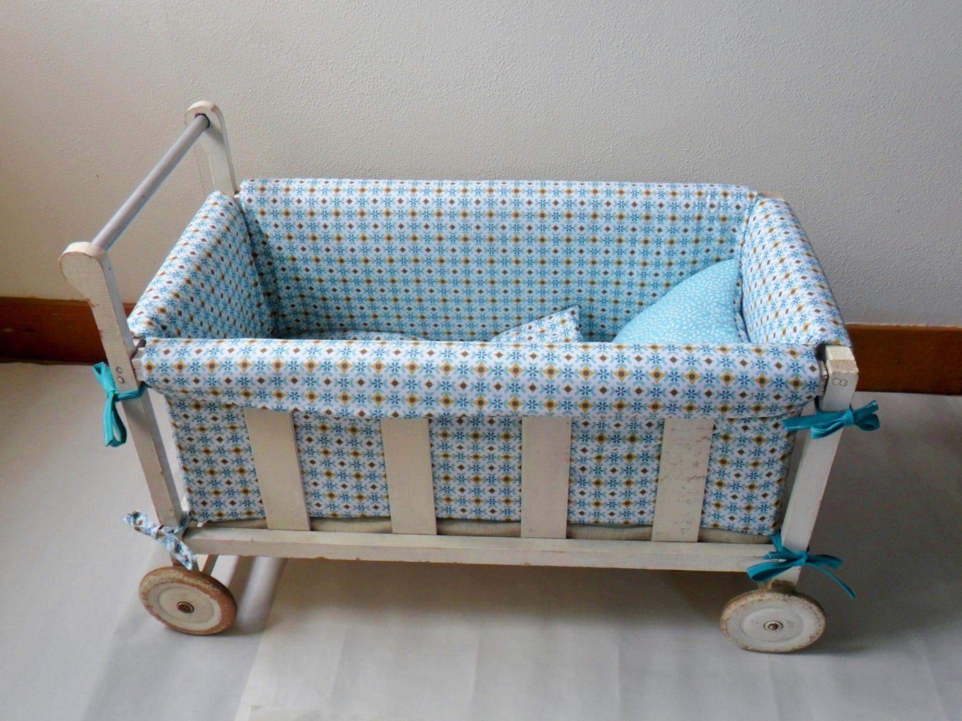 lit de poup e vintage lit roulotte ancien en bois avec. Black Bedroom Furniture Sets. Home Design Ideas