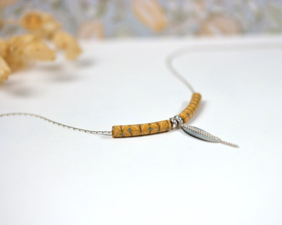 Minimal yellow necklace 'Asphodèle' sterling silver, yellow patterned beads and mother of pearl