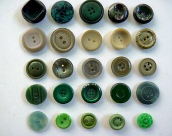 Assortiment de 5 ou 25 boutons nuances vertes en plastique opaque tailles variables diamètres 1,4cm à 2,2cm. Lots de 5 en variations