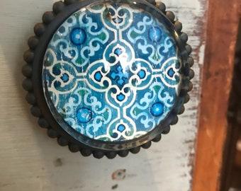 Metal and Glass Door/Drawer knobs.