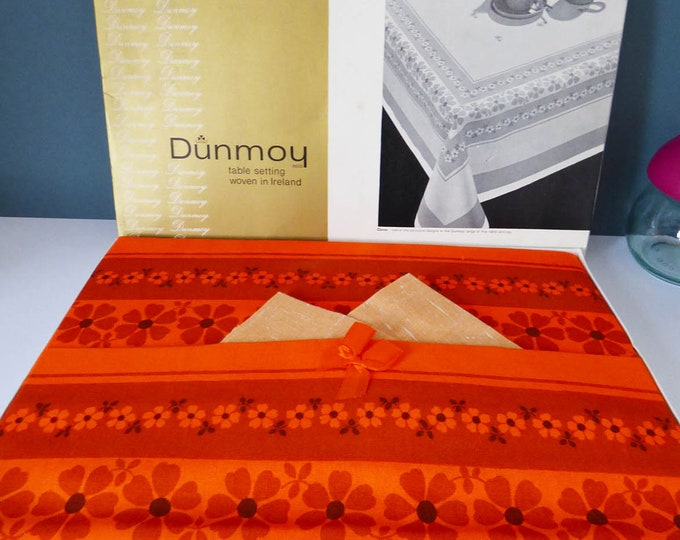 Table cloth and Napkin Set Dunmoy 1970's Flower power Vintage