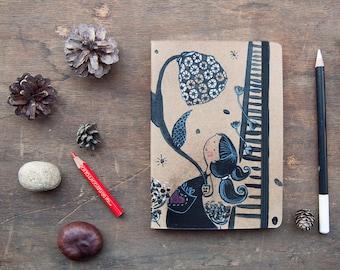 Simpatica bambina che coltiva fiori, illustrazione in bianco e nero ad acrilico su quaderno  14,2 x 10,3 cm