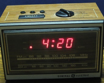 GE LED Radio Alarm Clock 7-4620D - General Electric - 1980s Vintage
