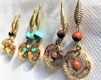 boucles d'oreilles dorées, crochets ouverts, 3 choix possibles : turquoises, oeil de tigre ou pierres de soleil