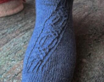 Blaue Socken mit aufwändigem diagonalen Muster aus Sockenwolle in Gr. 40/41  in Runden ohne störende Nähte gestrickt
