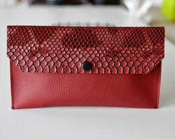 Pochette ALL RED en simili cuir rouge lisse et croco munie d'une pression