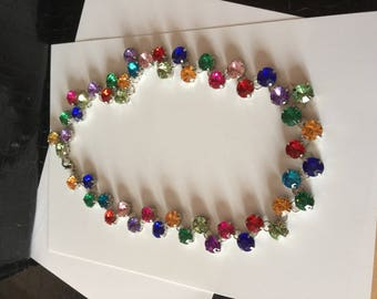 Choker necklace decorated with multi-colored stones