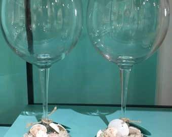 Set of 2 wine glasses with hand-crafted shells