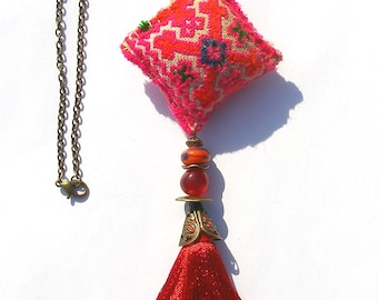 Collier ethnique multicolore textile, lampwork orange collier bohème gipsy tissu Hmong Thai long pompon rouge chaîne bronze boho chic OOAK