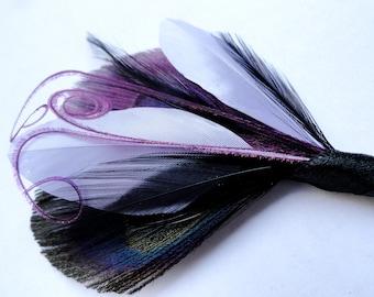 OLIVER Grape lila, schwarz und Lavendel Pfauenfeder Boutonniere