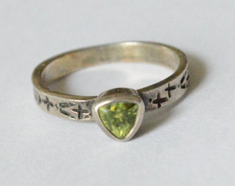 Vintage Sterling Silver Peridot Gemstone Pressed Style Bohemian Band Ring Size 7.25
