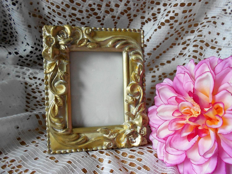 Pequeña imagen vintage marco yeso filigrana adornada oro y crema ...