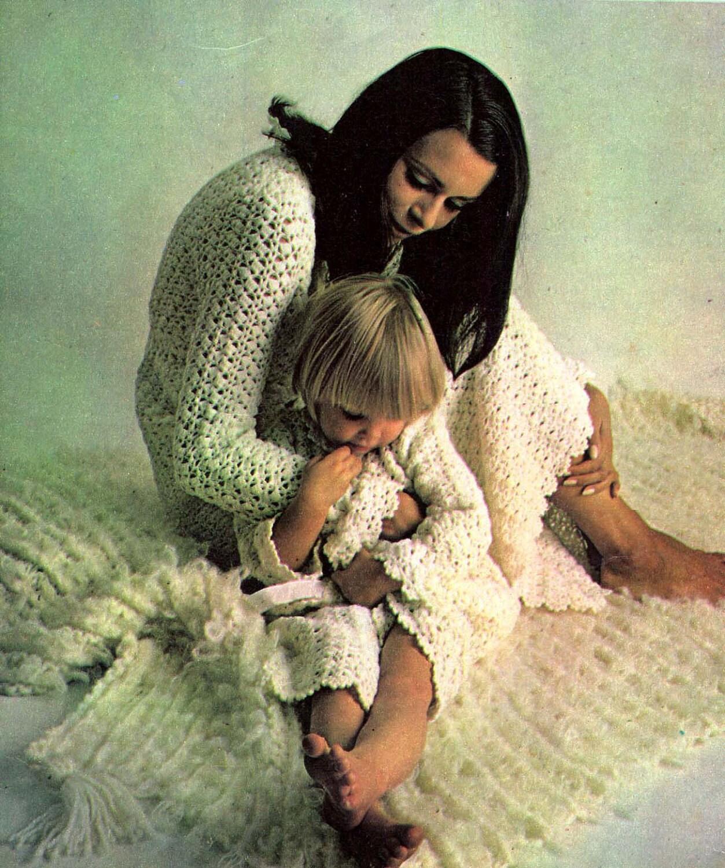 70er Jahre stricken häkeln Muster Umhänge Bett Jacken Roben