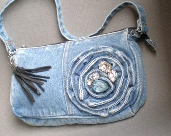 Paris Gypsy recyclé bleu sac en Jean. Luscious strass. Cerf cache le gland. Doublé de satin. courroie d'embrayage. Mère de soeur. Mariages