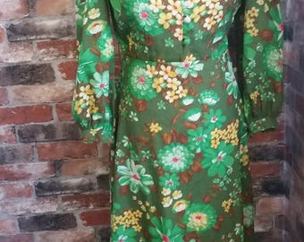 Alluring 1970s Green floral dress. Size 14